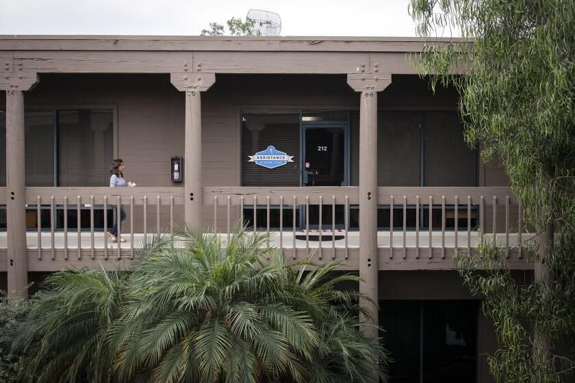 Fuera de las oficinas de California Healthy Nail Salon Collaborative en Garden Grove, el 7 de octubre de 2021. El grupo brinda asistencia dentro de la comunidad asiática y está ayudando a los clientes con las solicitudes de ayuda para el alquiler.  Foto de Pablo Unzueta para CalMatters