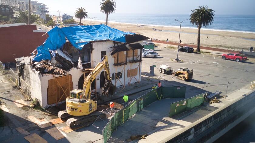 Crews demolish iconic Seabreeze Tavern